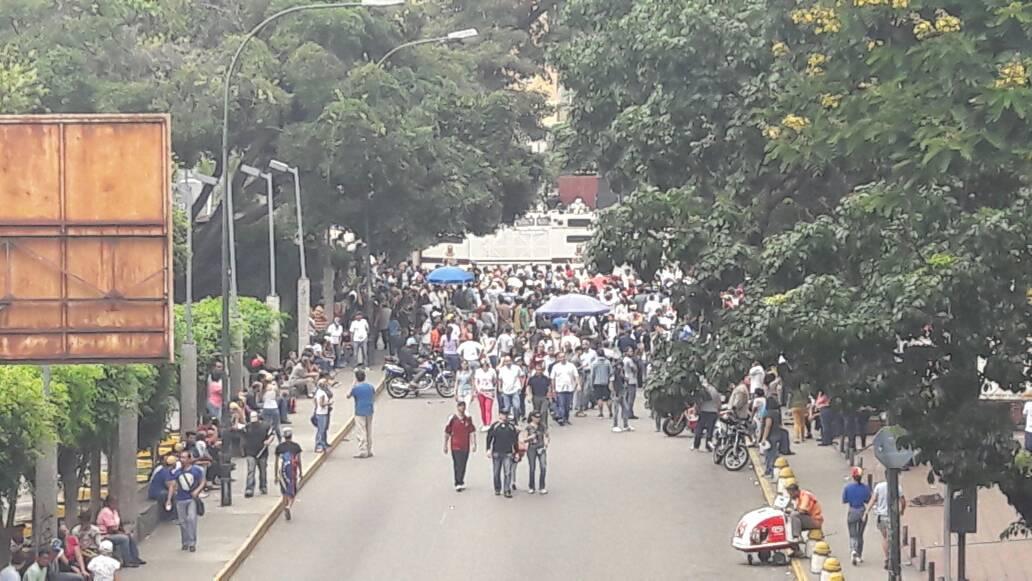 Manifestantes de oposición se concentran en las afueras de VTV Foto: Eduaro Ríos - La Patilla