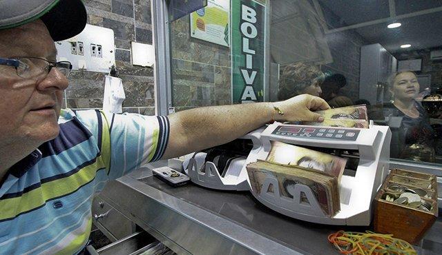 Los bolívares fuertes de baja denominación como los de 100 o 50, se cotizan en las casas de cambio de Cúcuta a un precio menor que lo billetes nuevos, que van desde 500 bolívares hasta 20.000 bolívares. / LaOpinión