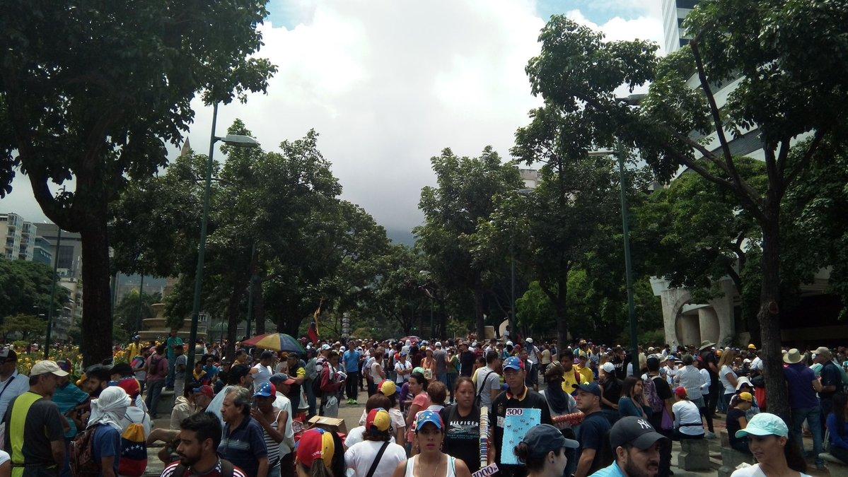 Manifestantes comenzarona concentrarse en la plaza Altamira. Foto: @JhonDRamos