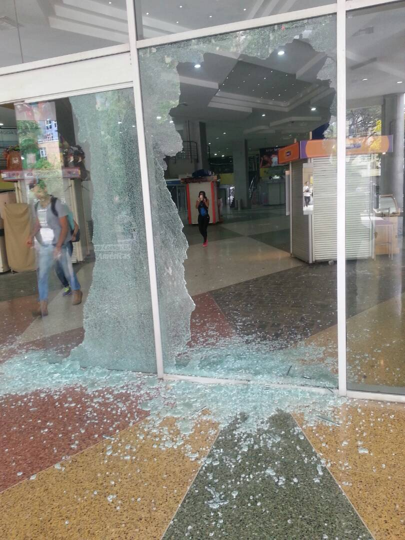 Los destrozos que causó la GNB y Poliaragua en el centro comercial Las Américas. Foto: @KenjiMillan