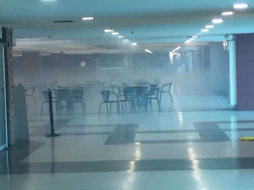 En el Centro Comercial Las Américas de Las Delicias varios niños resultaron afectados por lacrimógenas. Foto: @Rito1126