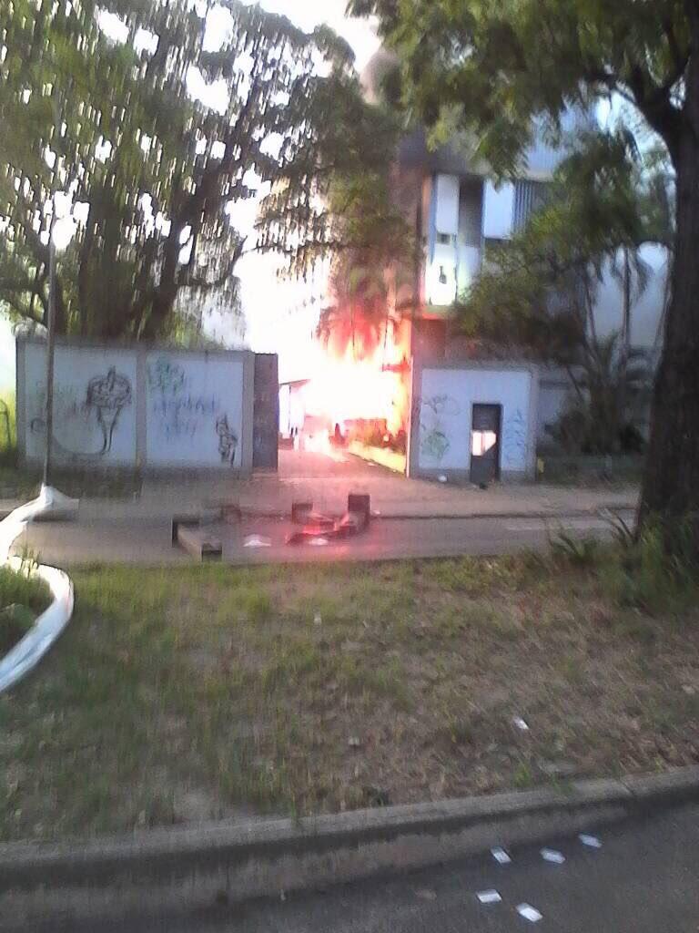 Incendio en la sede de Cantv en Maracay / Foto: @Borolaki