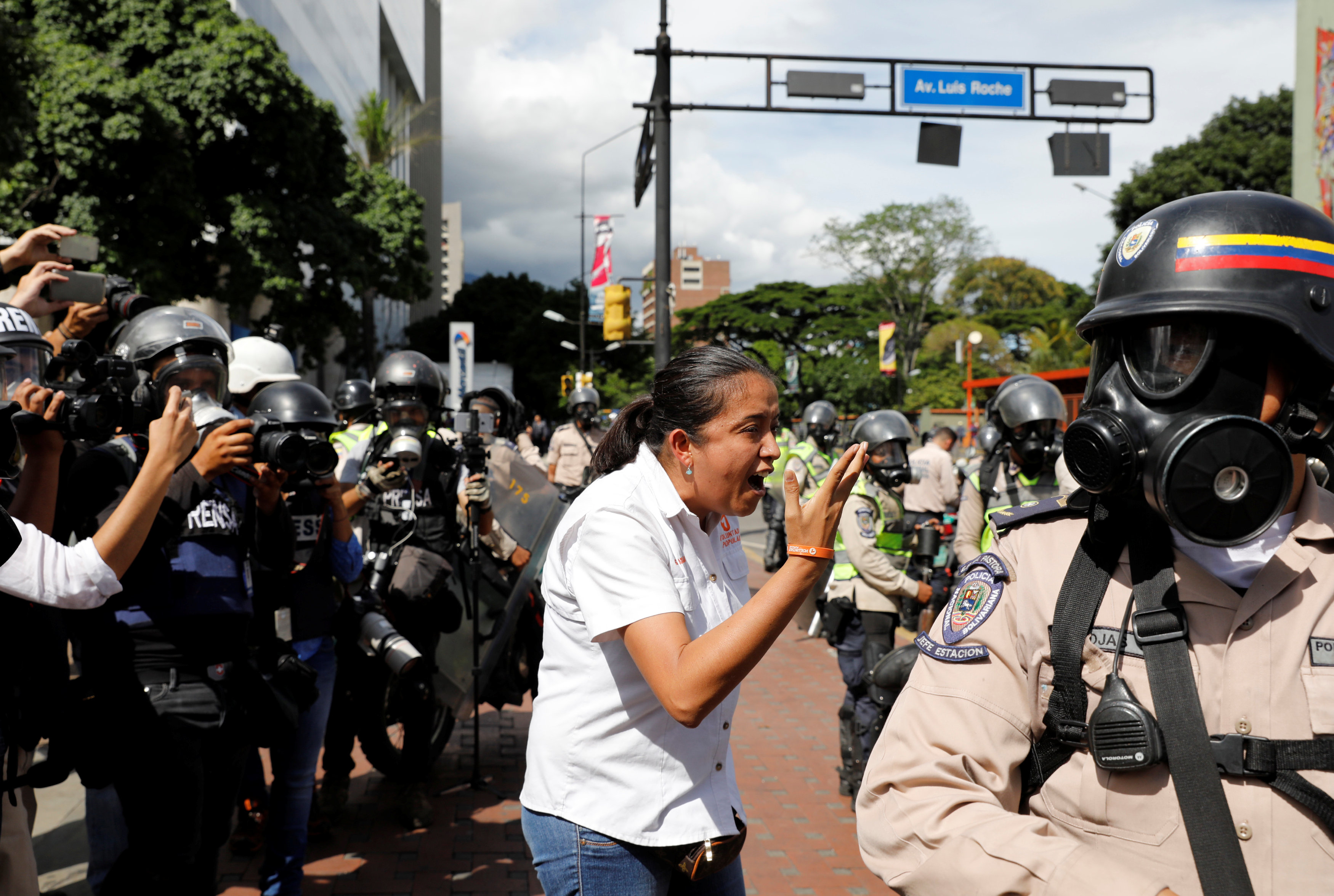 Gaby Arellano (C), lawmaker of the Venezuelan coalition of opposition parties (MUD) gestures toward security forces during a rally against Venezuela's President Nicolas Maduro's government in Caracas, Venezuela June 14, 2017.  REUTERS/Carlos Garcia Rawlins