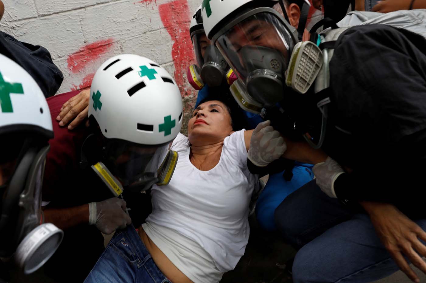 Volunteer members of a primary care response team help an injured demonstrator during the 'march of the empty pots' against Venezuelan President Nicolas Maduro's government in Caracas, Venezuela, June 3, 2017. REUTERS/Carlos Garcia Rawlins