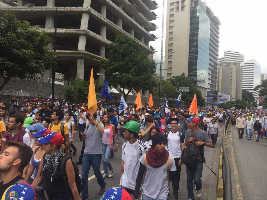 Manifestantes marchan por la avenida Francisco de Miranda hacia la Fiscalía / Foto: Régulo Gómez - La Patilla