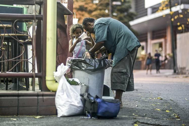 Un hombre y una niña buscan comida en las calles de Caracas, el 21 de febrero DE FOTOS: JUAN BARRETO / AFP / GETTY IMAGES