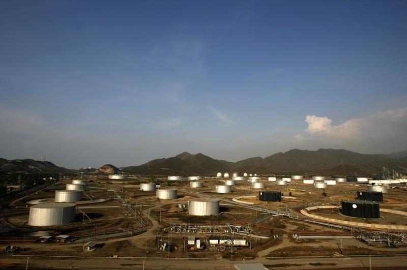 Vista aérea del complejo de refinación Puerto La Cruz en el estado de Anzoátegui, en Venezuela. 30 de abril de 2007. La refinería de Puerto la Cruz en Venezuela está funcionando al 16 por ciento de su capacidad de 187.000 barriles por día (bpd) principalmente por la falta de petróleo ligero, mientras la estatal PDVSA envía parte de su crudo Mesa 30 a Cuba y Curazao, según reportes comerciales de la firma y trabajadores. REUTERS/Jorge Silva