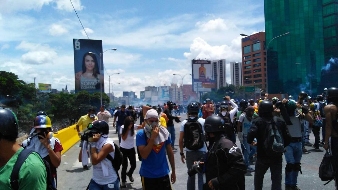 Manifestantes son reprimidos por funcionarios de la GNB en la Francisco Fajardo / Foto: Efecto Cocuyo