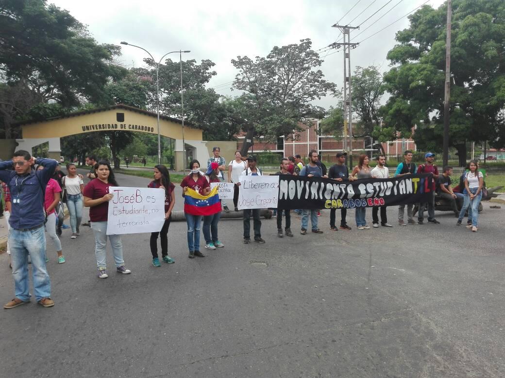 Foto: Protesta de estudiantes de la Universidad de Carabobo / @rafadlizardo