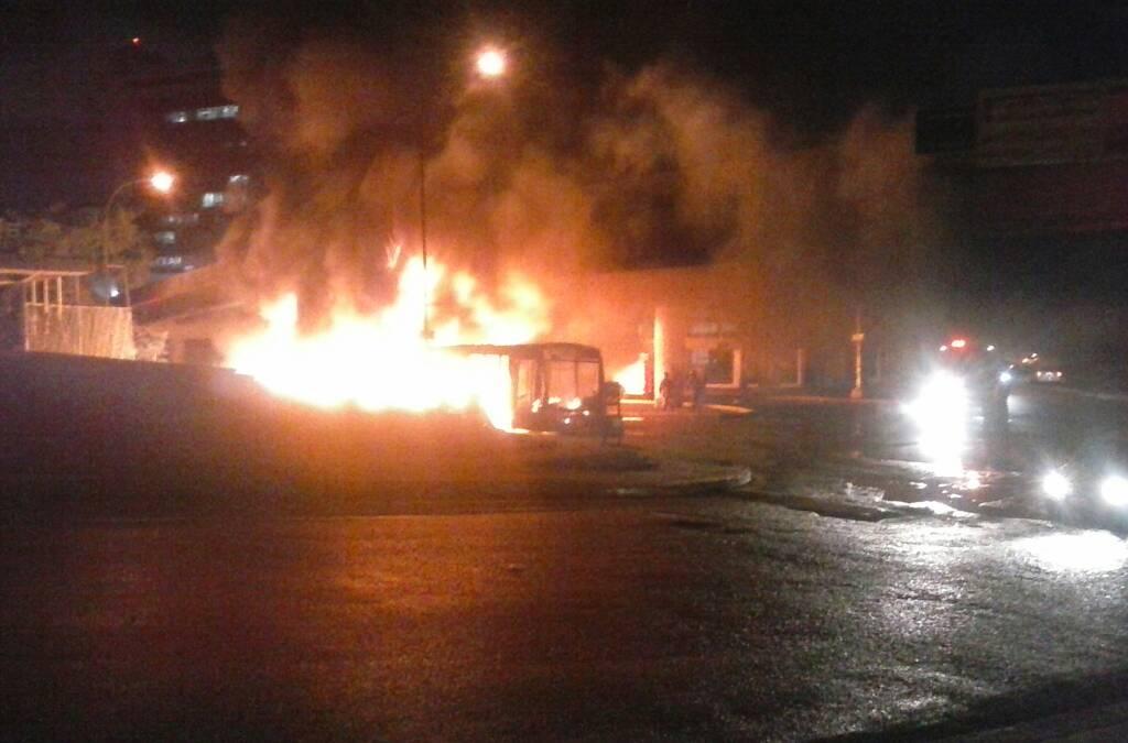 Otro autobús resultó incendiado en el CC Millenium. Foto: Cortesía