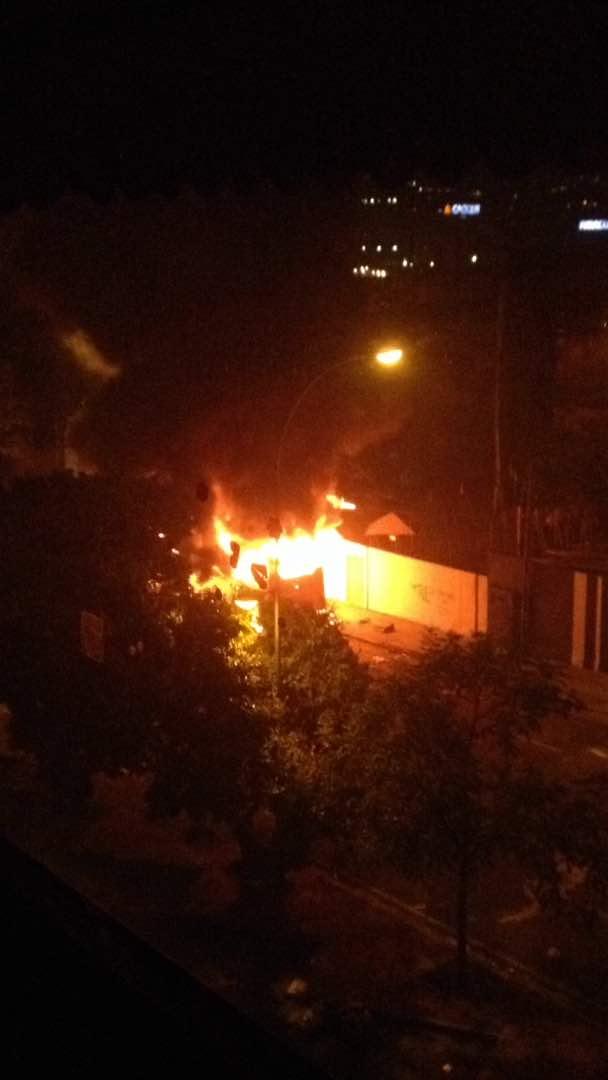 Grupos vandálicos tomaron al menos dos autobuses y los quemaron en Altamira. Foto: LaPatilla.com