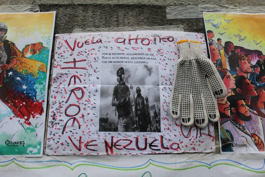 Opositores realizan homenaje a los caídos durante las manifestaciones. Foto: Régulo Gómez / LaPatilla.com