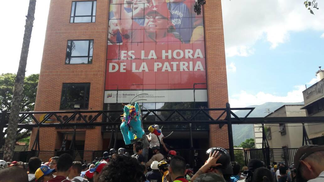 Estudiantes llegan a la sede de Conatel en Caracas. Foto: Eduardo Ríos / LaPatilla.com
