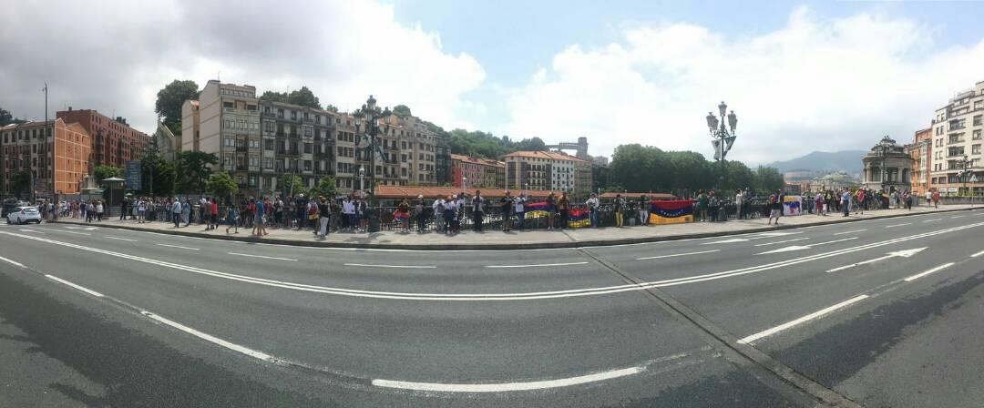 Con cruces y carteles venezolanos en España pidieron el cese de las muertes durante las manifestaciones. Foto: LaPatilla.com