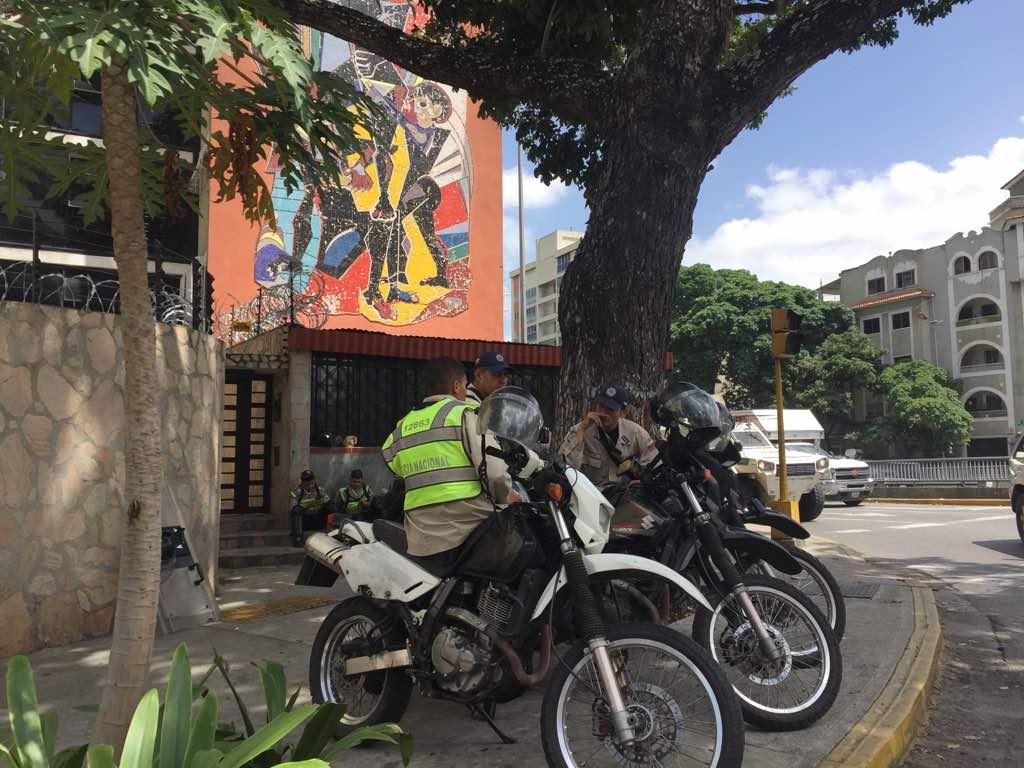 Funcionarios de la PNB esperan por la marcha opositora (Foto: Régulo Gómez / LaPatilla)