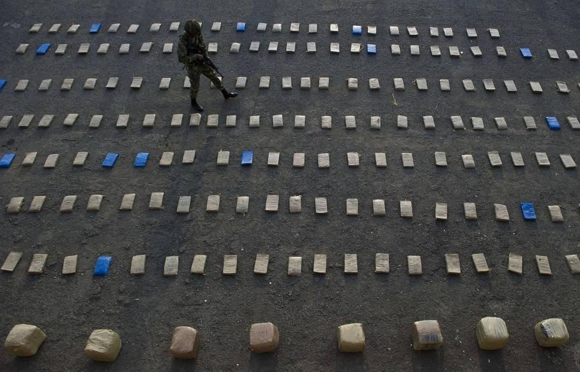 Un soldado colombiano camina entre paquetes de marihuana tras un decomiso, en una imagen del 2014 en Cali. LUIS ROBAYO AFP/Getty Images