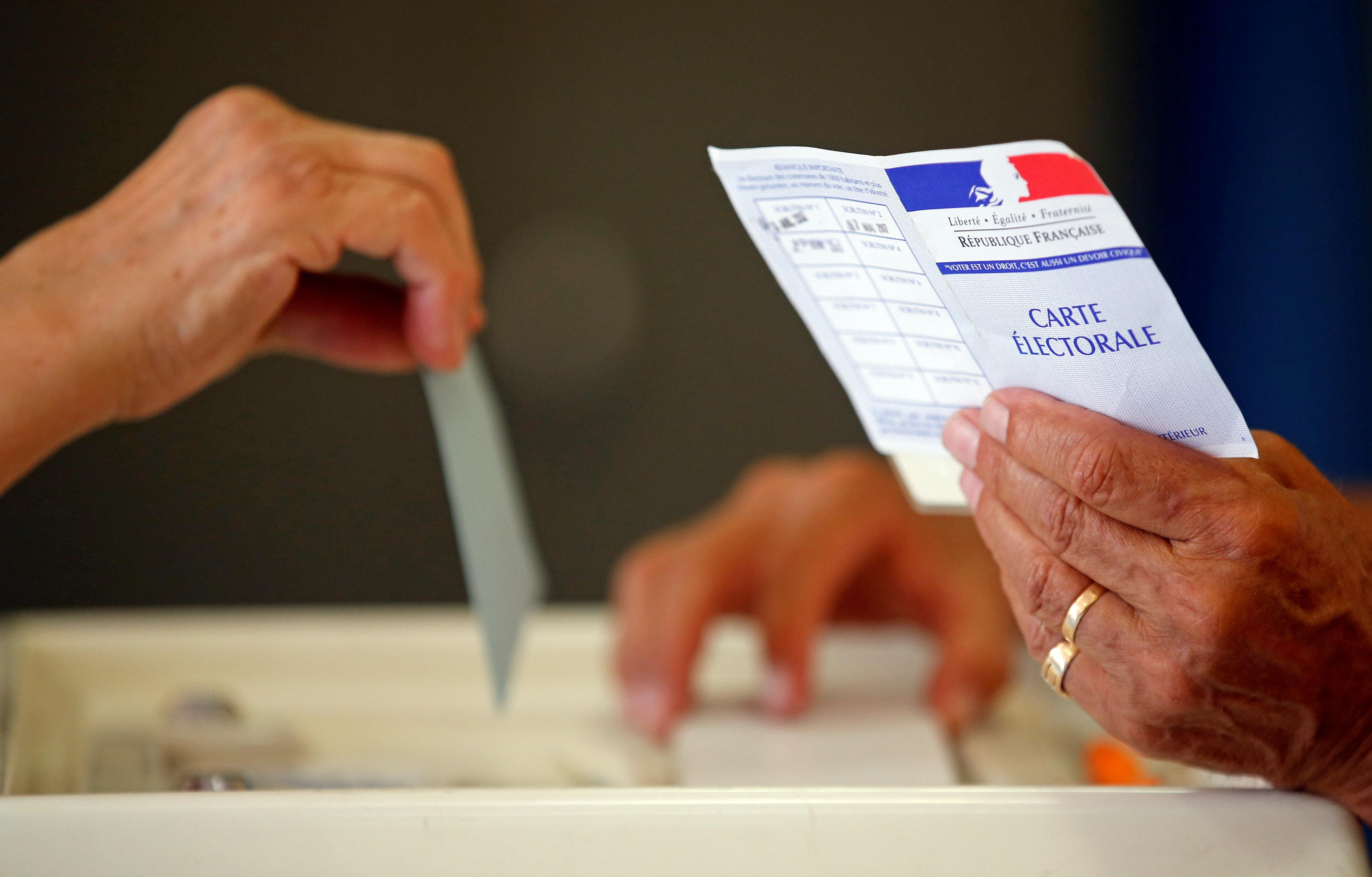 Una persona deposita su voto en elecciones legislaticas Junio 18, 2017. REUTERS/Jean-Paul Pelissier TPX IMAGES OF THE DAY