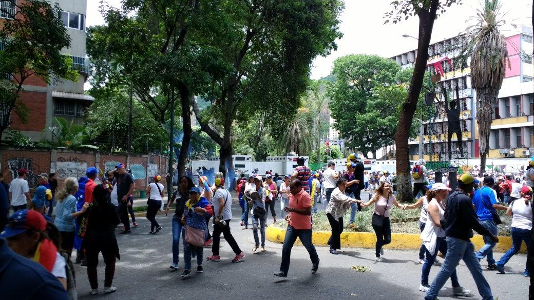 Reprimen a manifestantes en Montalban (Foto: @FreddyGuevaraC)