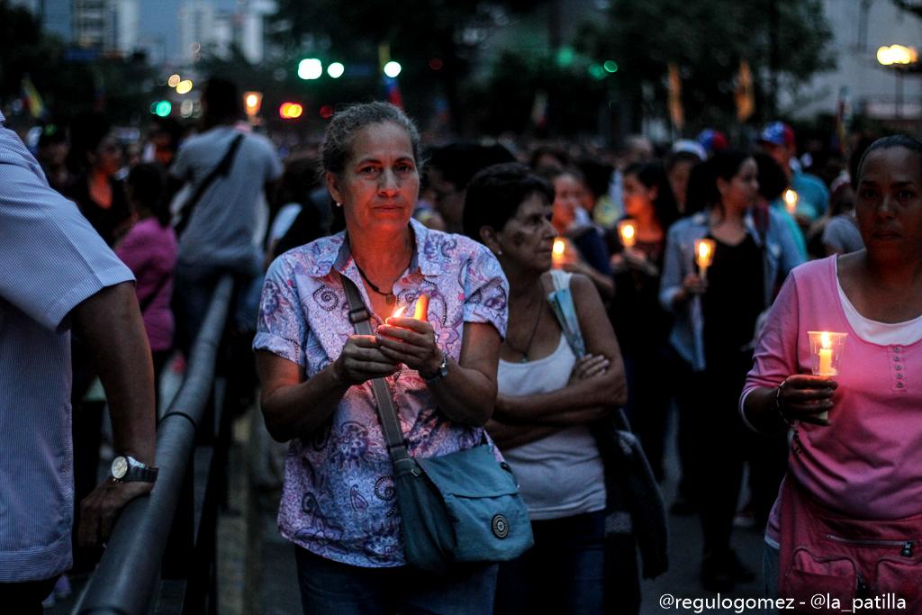 Oposición se concentró en Parque Cristal para homenajear a los caídos. Foto: Régulo Gómez / LaPatilla.com
