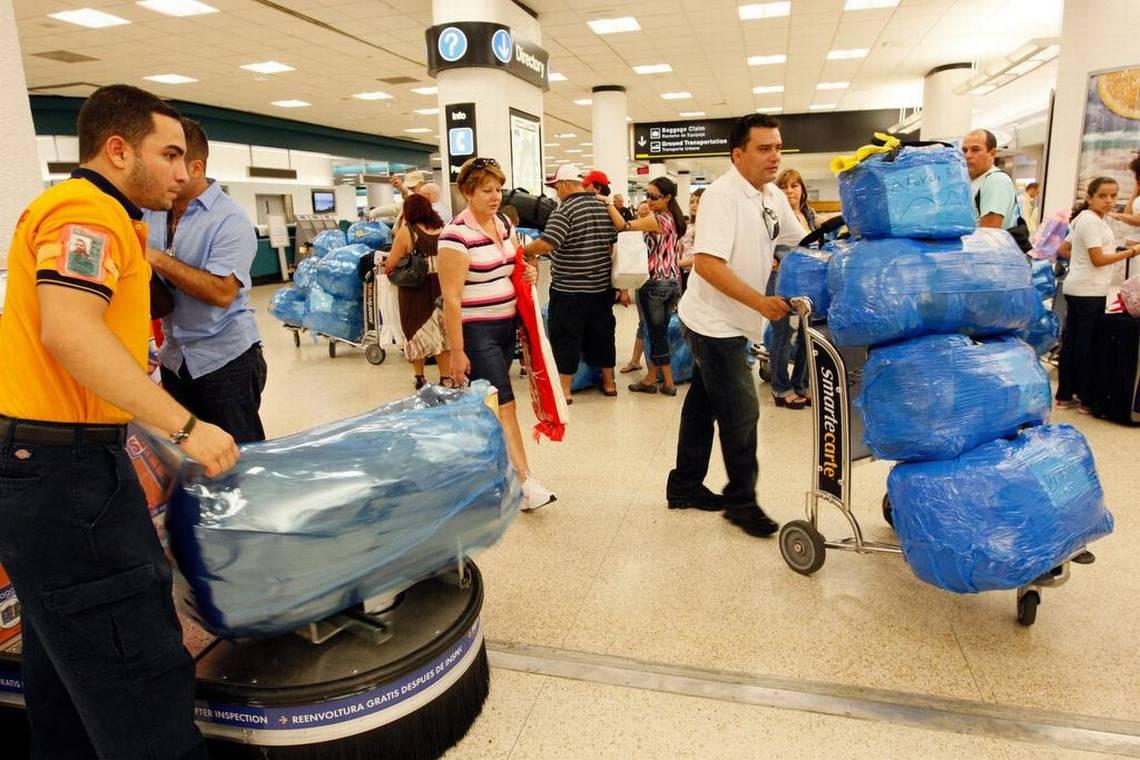 Viajeros se preparan a viajar en el Aeropuerto Internacional de Miami  (Foto Emily Michot Miami Herald)