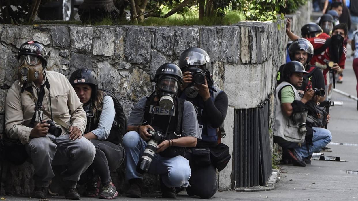 Juan Barreto - AFP Más de 370 trabajadores de la prensa han sido agredidos en el marco de las protestas en contra del gobierno