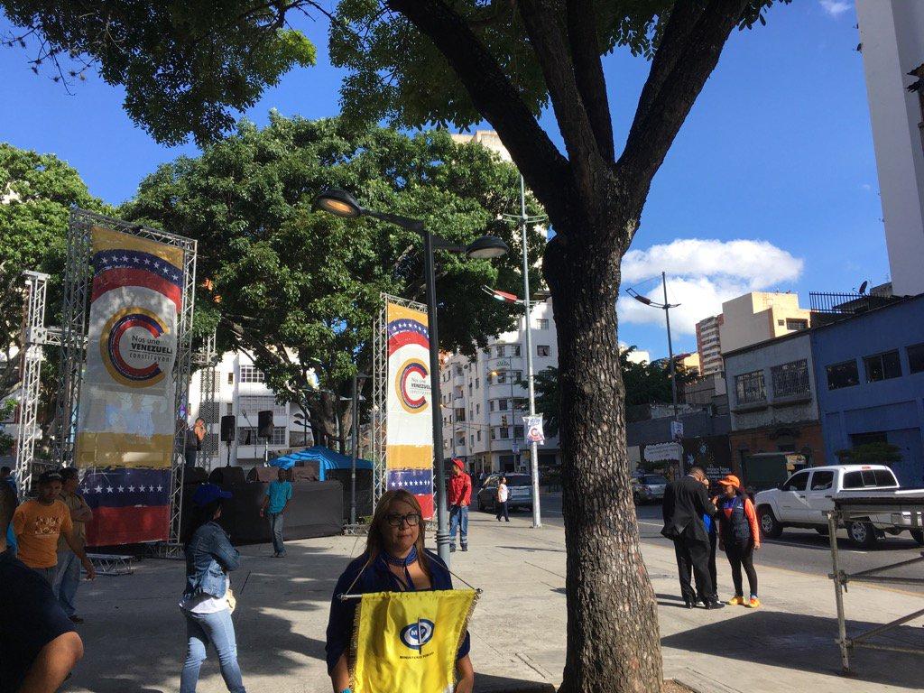 Foto: Instalan tarima roja frente a la protesta de trabajadores en el Ministerio Público / Amanda Sánchez