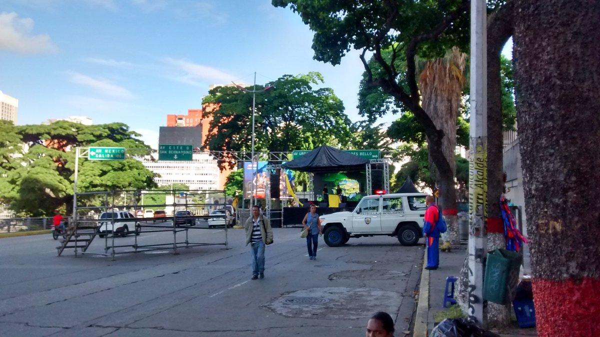 Foto: Montan tarima roja en la avenida Libertador / Cortesía