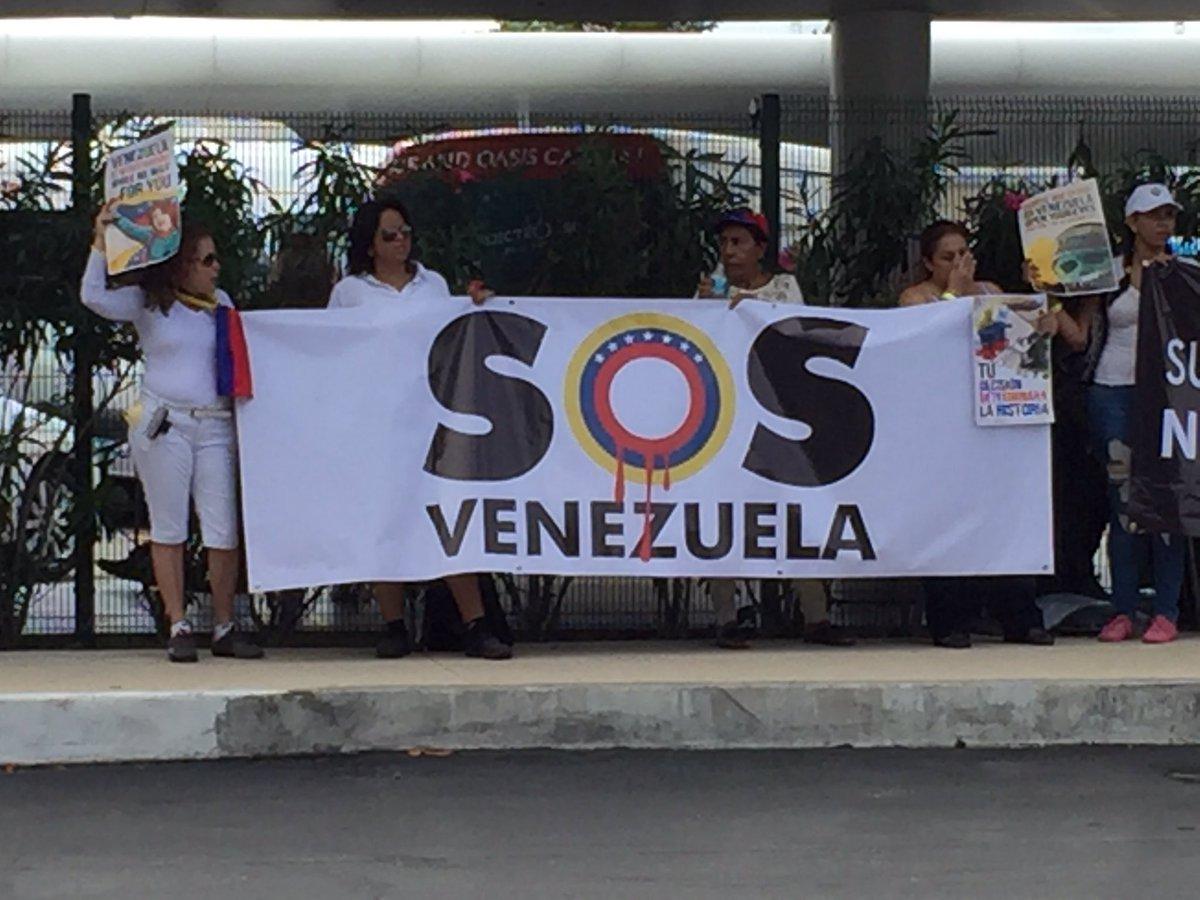 Venezolanos protestan en el aeropuerto de Cancún mientras lllegan las delegaciones (Foto @Diasporavencun)
