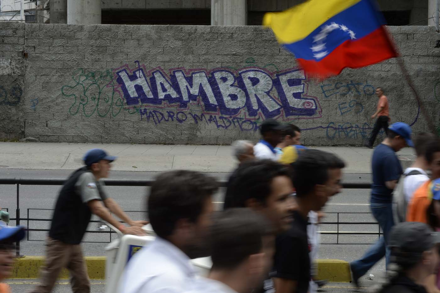 Opposition activists protest against the government of President Nicolas Maduro, at the Francisco Fajardo highway in Caracas, on July 1, 2017. Venezuela marks three months of violent protests within a political and economic crisis with protesters demanding President Nicolas Maduro's resignation and new elections. / AFP PHOTO / FEDERICO PARRA