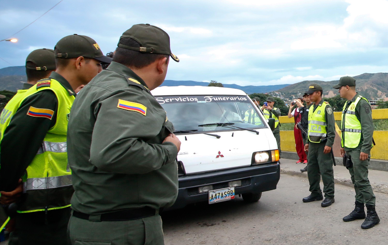 Una furgoneta de una funeraria transporta el cadáver del colombiano Libardo Fuentes Hernández, quien fue asesinado a tiros el jueves por miembros de la Guardia Nacional Venezolana mientras trabajaba en una retroexcavadora en el río Táchira, en Cúcuta, departamento del norte de Santander, en la frontera Con Venezuela, el 14 de julio de 2017 / AFP PHOTO / Schneyder Mendoza