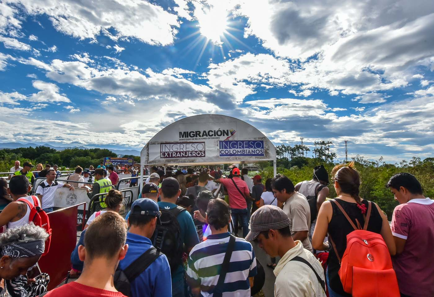 Venezuelan citizens queue to cross the Simon Bolivar international bridge from San Antonio del Tachira, Venezuela to Cucuta, Norte de Santander Department, Colombia, on July 25, 2017. Some 25.000 Venezuelans cross to Colombia and return to their country daily with food, consumables and money from ilegal work, according to official sources. Also, there are 47.000 Venezuelans in Colombia with legal migratory status and another 150.000 who have already completed the 90 allowed days and are now without visa. / AFP PHOTO / Luis Acosta