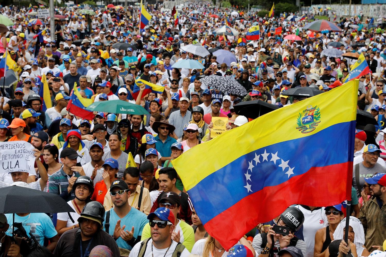 Los partidarios de la oposición asisten a una manifestación contra el gobierno del presidente venezolano, Nicolás Maduro, en Caracas, Venezuela, el 1 de julio de 2017. REUTERS / Carlos Garcia Rawlins