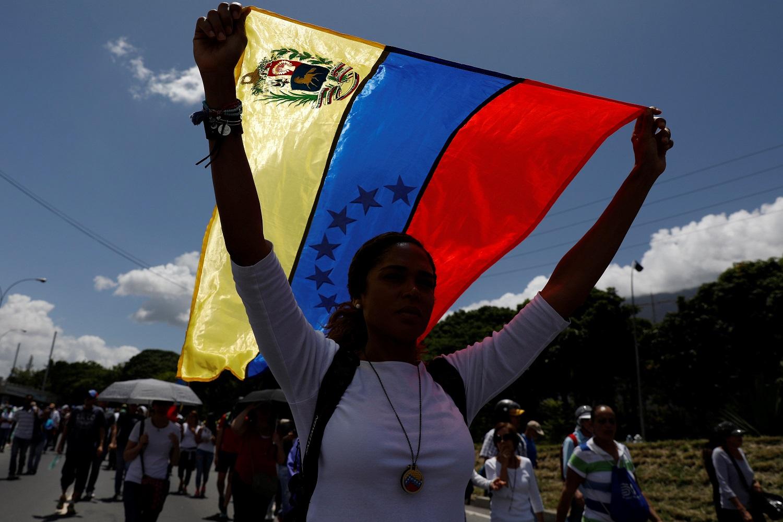 Un partidario de la oposición sostiene una bandera nacional durante una manifestación contra el gobierno del presidente venezolano Nicolás Maduro en Caracas, Venezuela el 1 de julio de 2017. REUTERS / Carlos Garcia Rawlins