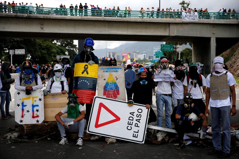 Los manifestantes bloquean una carretera durante una manifestación contra el gobierno del presidente venezolano Nicolás Maduro en Caracas, Venezuela, el 1 de julio de 2017. REUTERS / Ivan Alvarado