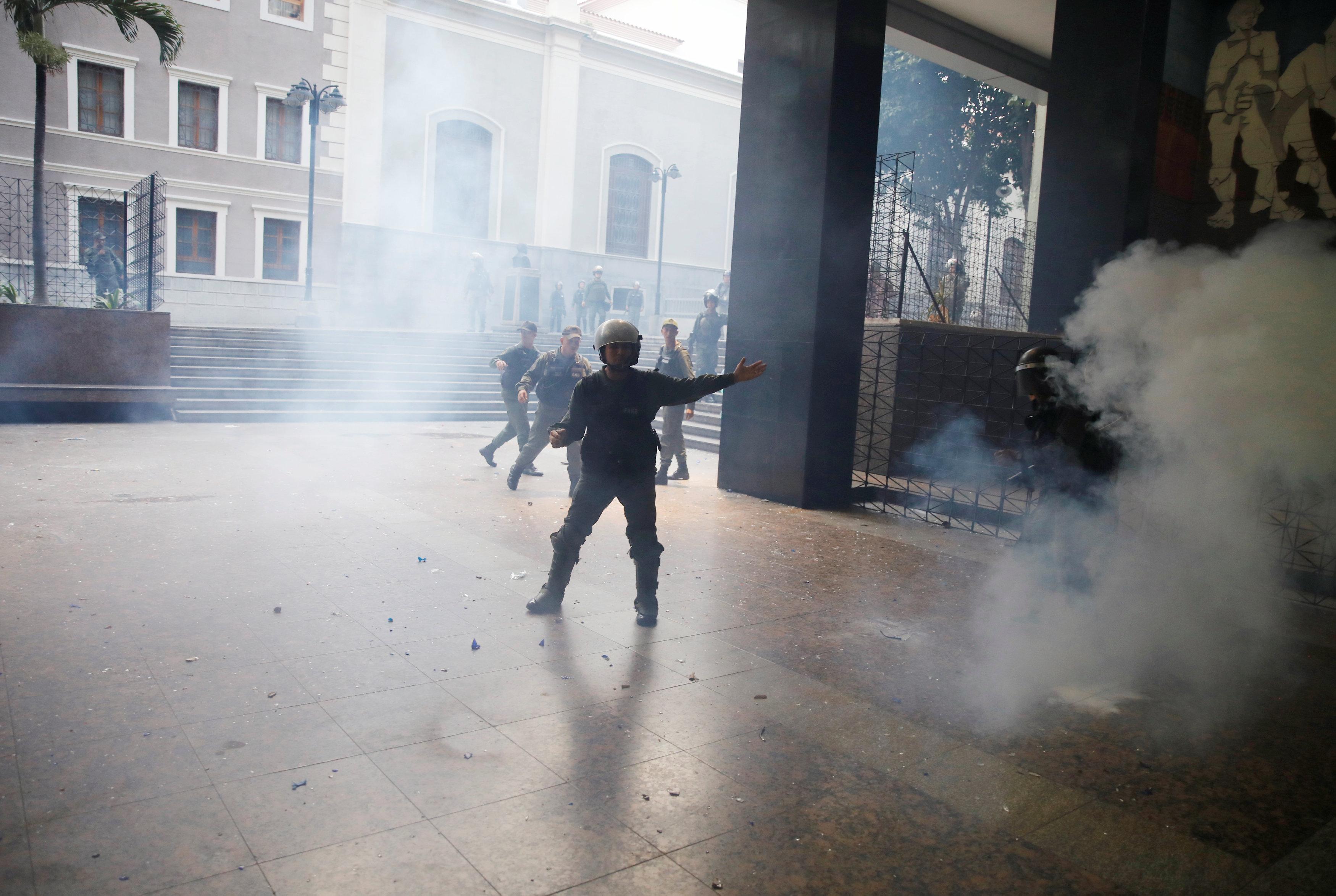 Golpes, robos y amenazas con armas: La odisea que vivieron los secuestrados de la AN. REUTERS/Carlos Garcia Rawlins