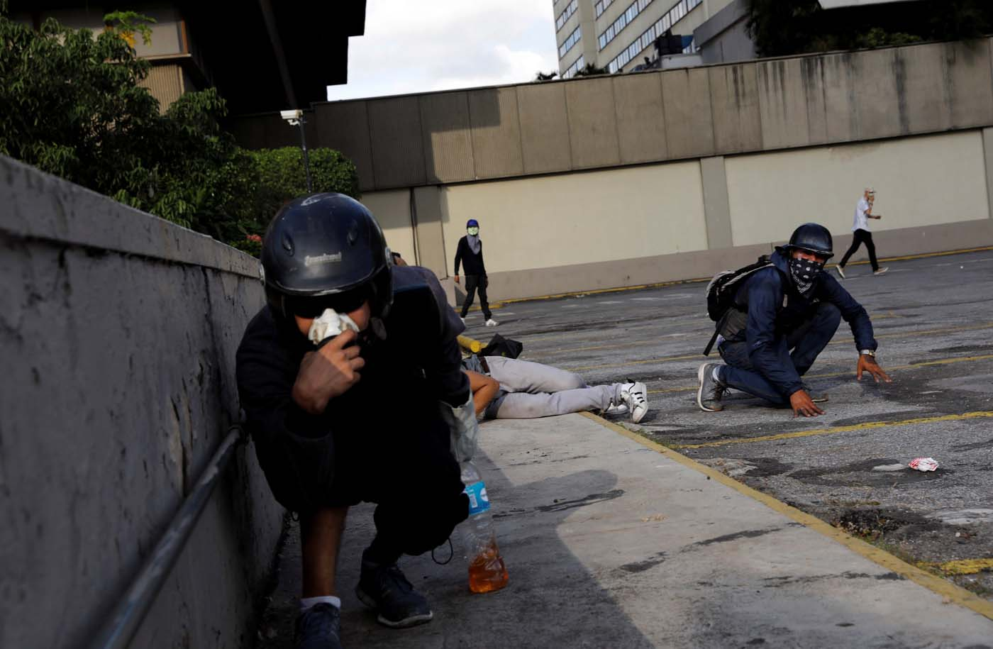 Demonstrators take cover during clashes with security forces at a rally against Venezuelan President Nicolas Maduro's government in Caracas, Venezuela, July 6, 2017. REUTERS/Andres Martinez Casares