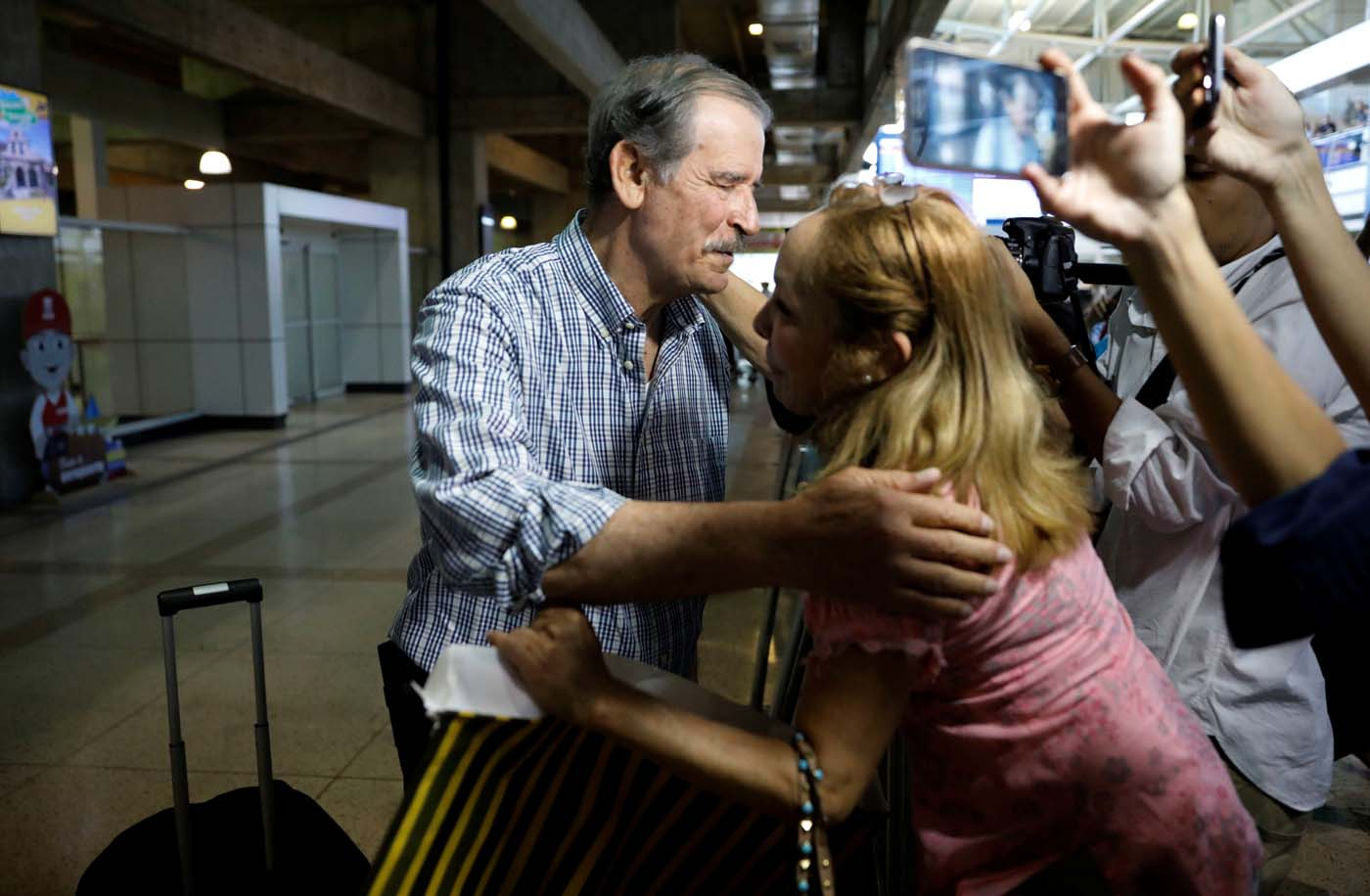 A woman greets former president of Mexico Vicente Fox as he arrives at Caracas airport ahead of an unofficial referendum called by the opposition against Venezuelan President Nicolas Maduro's government in Venezuela July 15, 2017. REUTERS/Andres Martinez Casares