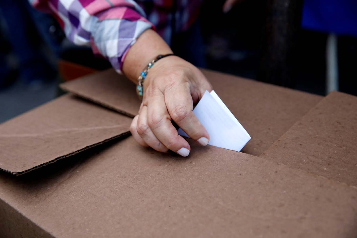 A woman casts her vote during an unofficial plebiscite against Venezuela's President Nicolas Maduro's government and his plan to rewrite the constitution, in Caracas, Venezuela July 16, 2017. REUTERS/Carlos Garcia Rawlins