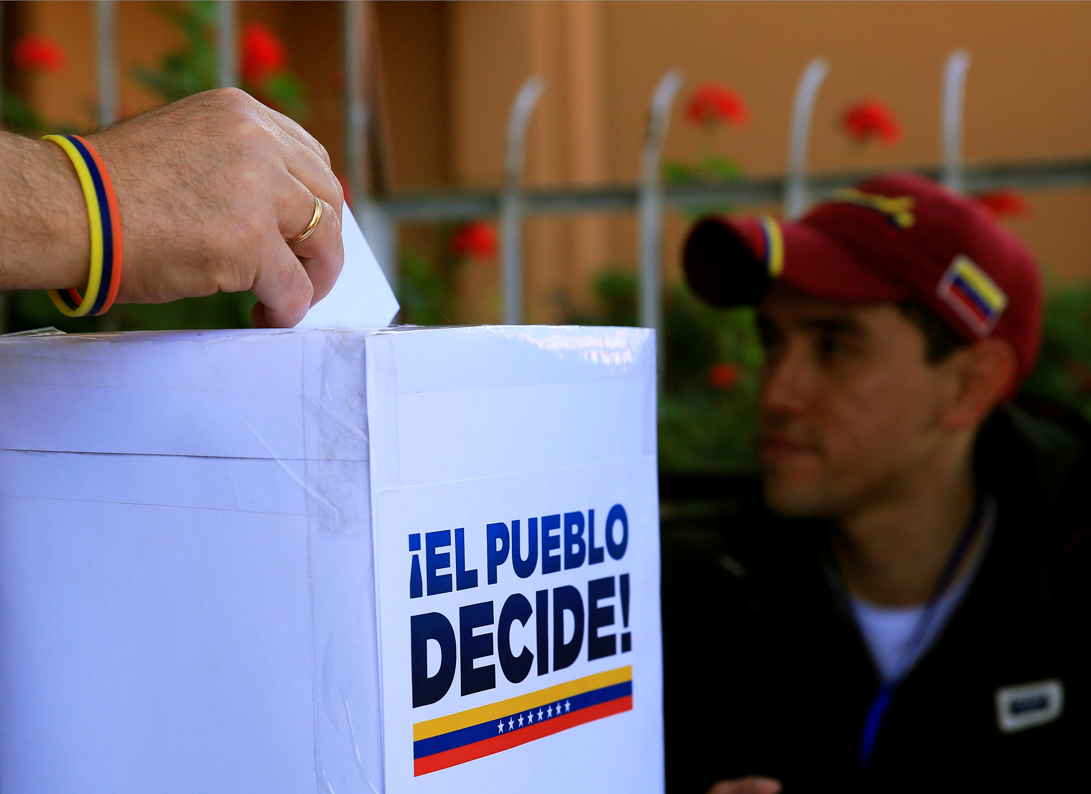 A man votes during an unofficial plebiscite against Venezuela's President Nicolas Maduro's government, in La Paz, Bolivia, July 16, 2017. REUTERS/David Mercado