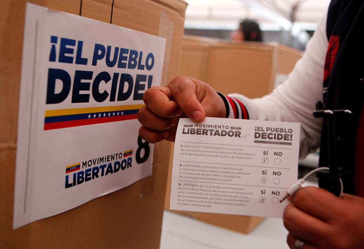 A man casts his vote during an unofficial plebiscite against President Nicolas Maduro's government, in Bogota, Colombia July 16, 2017. REUTERS/Jaime Saldarriaga