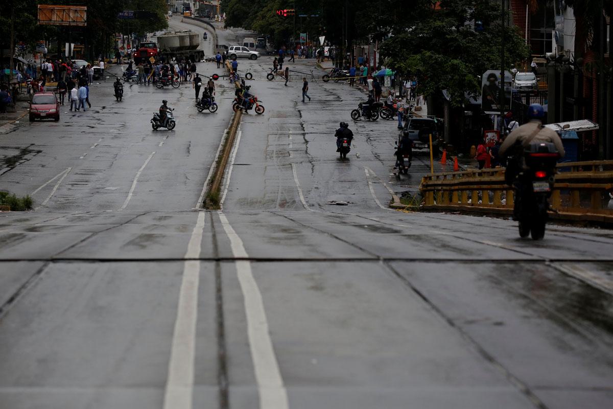 A street is blocked during a rally against Venezuelan President Nicolas Maduro's government in Caracas, Venezuela, July 19, 2017.  REUTERS/Carlos Garcia Rawlins