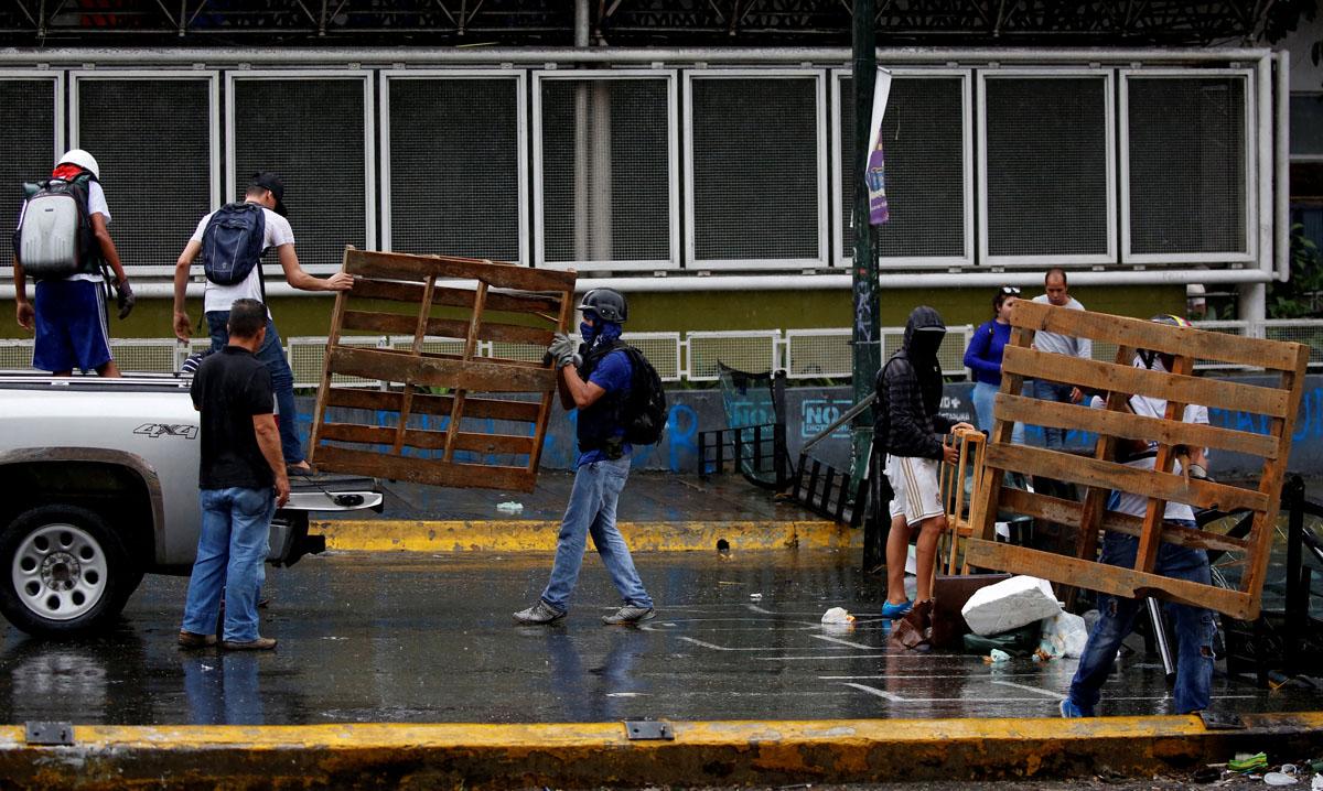 Protesters build a barricade during a rally against Venezuelan President Nicolas Maduro's government in Caracas, Venezuela, July 19, 2017.  REUTERS/Carlos Garcia Rawlins