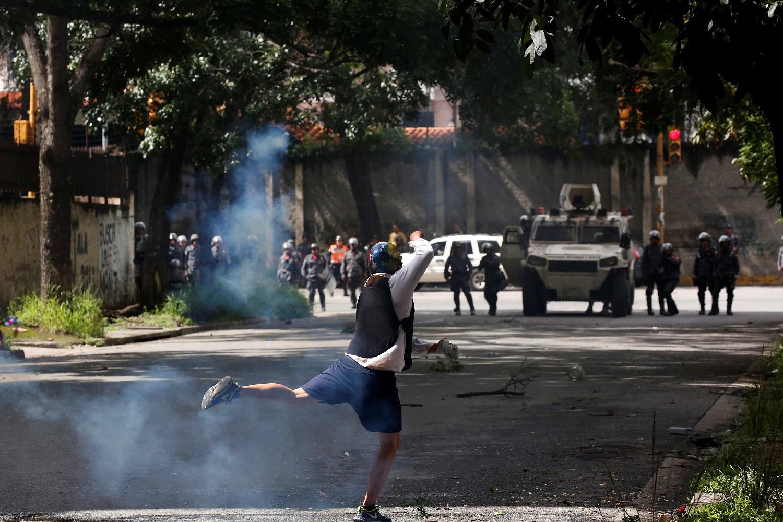 Un manifestante choca con fuerzas de seguridad antidisturbios mientras participa en una huelga convocada para protestar contra el gobierno del presidente venezolano Nicolás Maduro en Caracas, Venezuela, 20 de julio de 2017. REUTERS / Carlos Garcia Rawlins