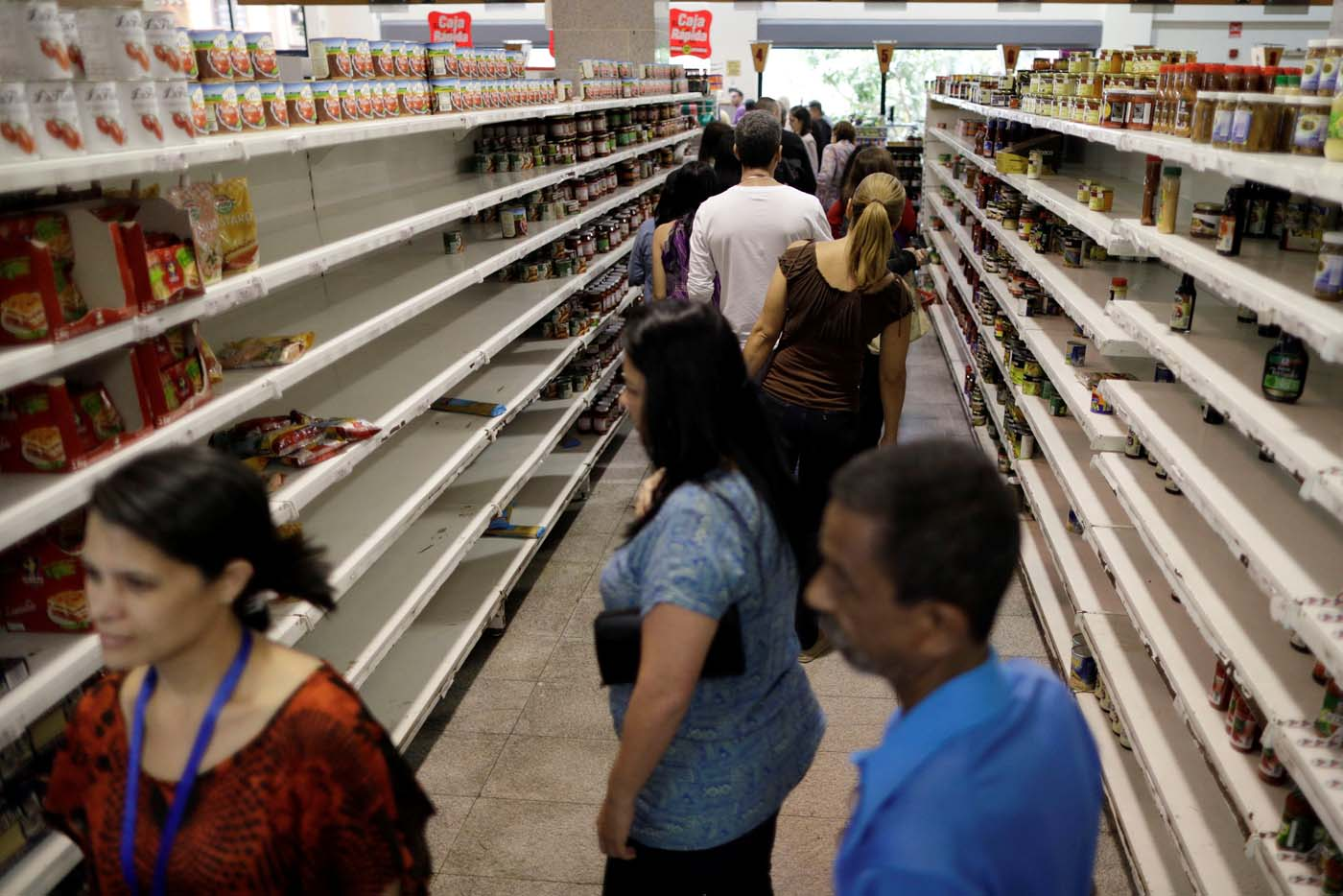 People buy food and other staple goods inside a supermarket in Caracas, Venezuela, July 25, 2017. REUTERS/Ueslei Marcelino