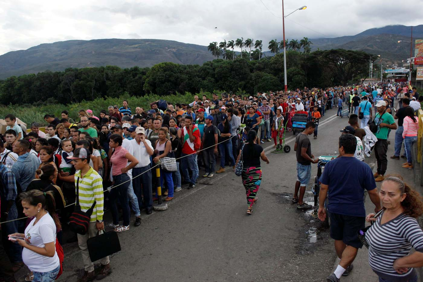 People line up to cross the Simon Bolivar international bridge into Colombia, in San Antonio del Tachira, Venezuela July 25, 2017. REUTERS/Luis Parada
