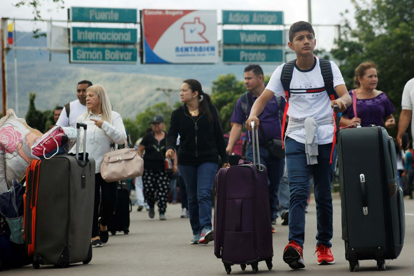 A young man pushes his luggage after crossing the Simon Bolivar international bridge from Venezuela, in Cucuta, Colombia, July 25, 2017. REUTERS/Luis Parada