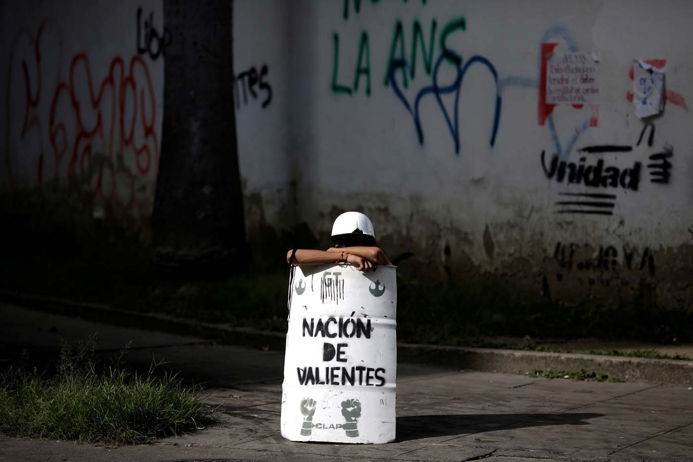 "A demonstrator uses a makeshift shield that reads ""Nation of the brave"" during a strike called to protest against Venezuelan President Nicolas Maduro's government in Caracas, Venezuela July 26, 2017. REUTERS/Marco Bello"