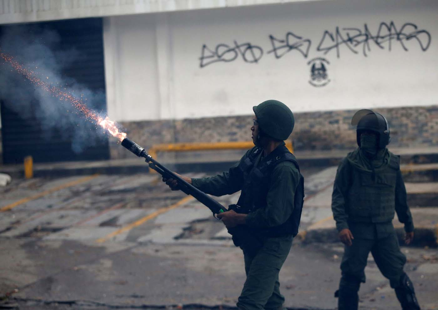 A riot security forces member fires a tear gas grenade while clashing with demonstrators rallying against Venezuela's President Nicolas Maduro's government in Caracas, Venezuela, July 28, 2017.  REUTERS/Andres Martinez Casares