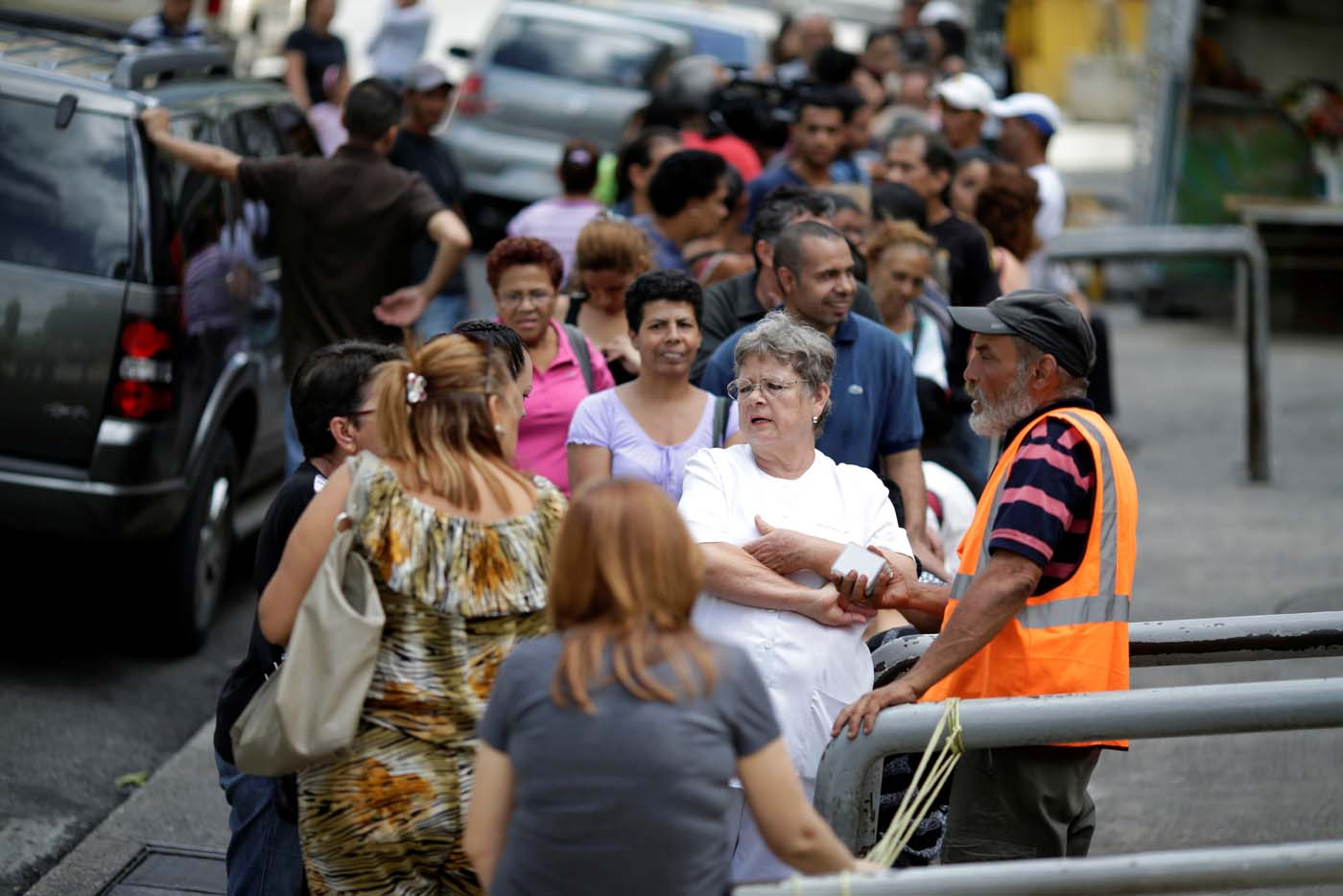 Venezuelan citizens line up to buy food at a store after a strike called to protest against Venezuelan President Nicolas Maduro's government in Caracas, Venezuela, July 29, 2017. REUTERS/Ueslei Marcelino