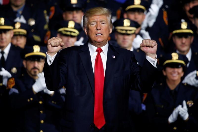 El presidente de Estados Unidos, Donald Trump, gesticula durante un discurso ante efectivos de seguridad federales, estatales y locales en Brentwood, Nueva York. 28 julio 2017. REUTERS/Jonathan Ernst